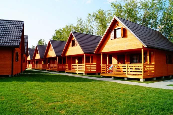 Domki drewniane nad morzem lub jeziorem